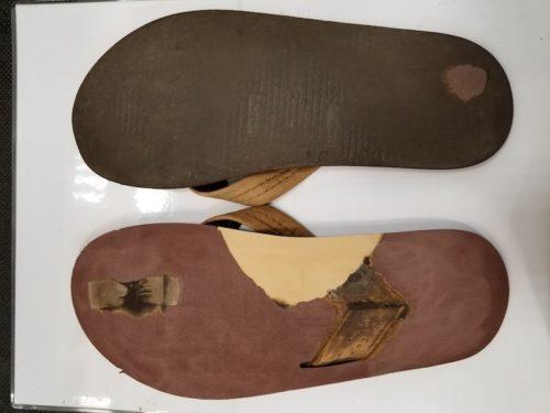 サンダルの磨り減った靴底を削り落とし